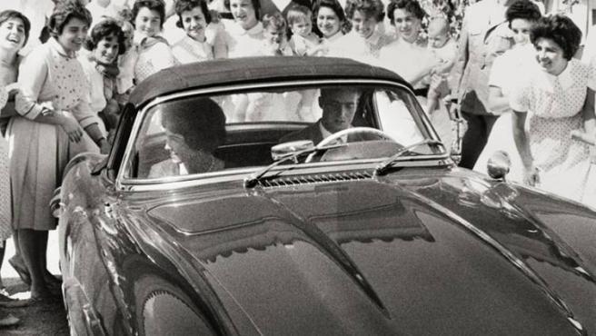 """""""Sofía se despide, desde el coche conducido por Juan Carlos, de las enfermeras de la escuela de puericultura de Miteras, en la que había estudiado la futura reina de España"""""""