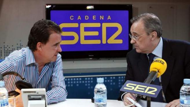 """El presidente del Real Madrid, Florentino Pérez (d), charla con el periodista José Ramón de la Morena durante su participación, esta noche en Madrid, en el programa """"El Larguero"""" de la Cadena Ser."""