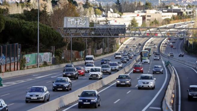 Imagen de archivo de los vehículos por la salida A-6 de Madrid.