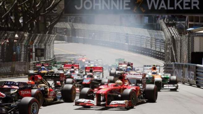 Fernando Alonso, en primer término, en la salida del GP de Mónaco.