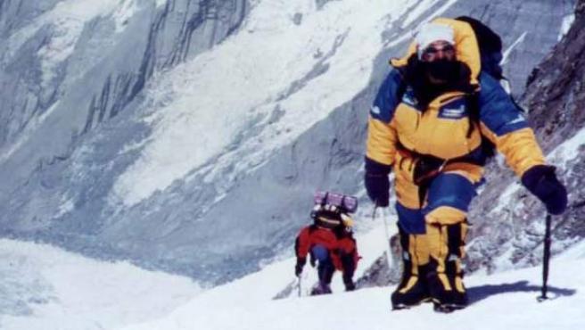 Dos alpinistas, en pleno ascenso a la montaña más alta del mundo, el Everest.