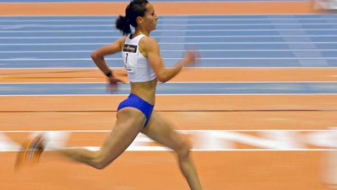 La atleta cántabra Iris Fuentes-Pila, durante una competición en pista cubierta.
