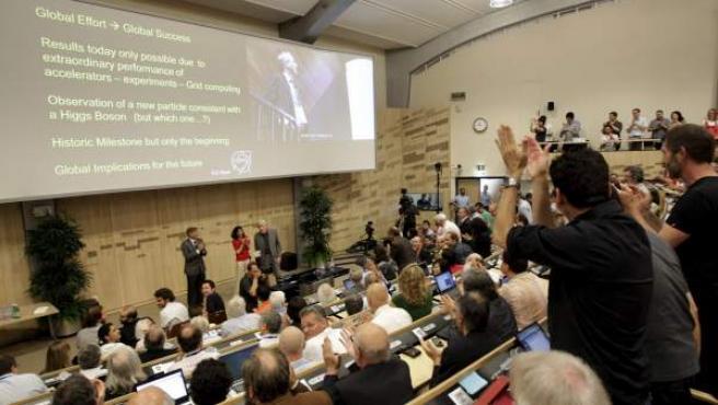 Asistentes aplauden tras la presentación de los resultados del experimento ATLAS, durante el seminario del Centro Europeo de Física de Partículas (CERN) para presentar los resultados de los dos experimentos paralelos que buscan la prueba de la existencia de la partícula de Higgs, base del modelo estándar de física, en Meyrin, Suiza.