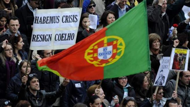 Una manifestante portugués sostiene un cartel pidiendo la dimisión de Passos Coelho por las medidas de recorte, en una protesta celebrada el pasado mes de marzo.