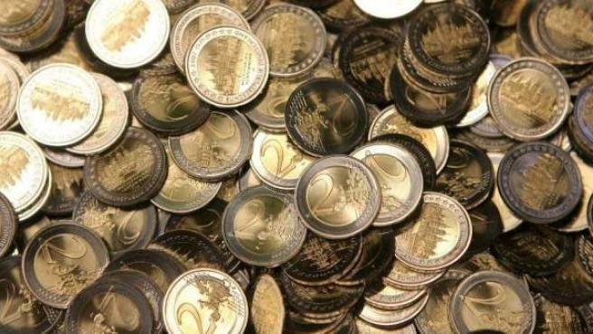 Imagen de archivo de varias monedas de dos euros.