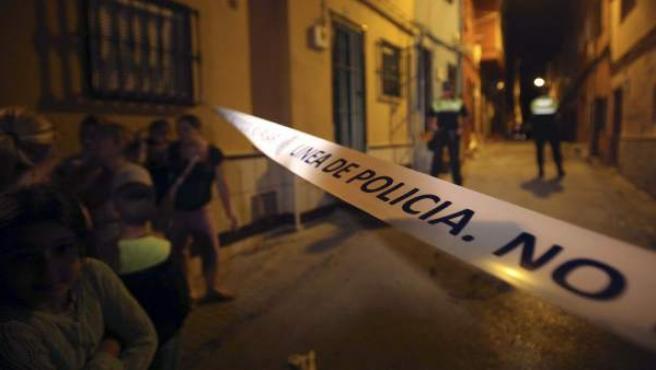 Cordón policial en las inmediaciones del domicilio situado en la calle Huesca, en Algeciras, en el que han sido hallados los cuerpos de dos menores de corta edad que han fallecido por causas que se desconocen.