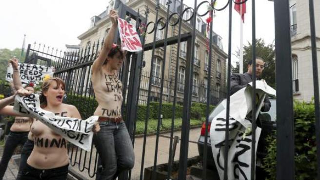 Activistas del grupo feminista Femen protestan a las puertas de la embajada turca en Bruselas, Bélgica, en protesta por la detención de Amina Tyler y otras activistas de FEMEN en Túnez.