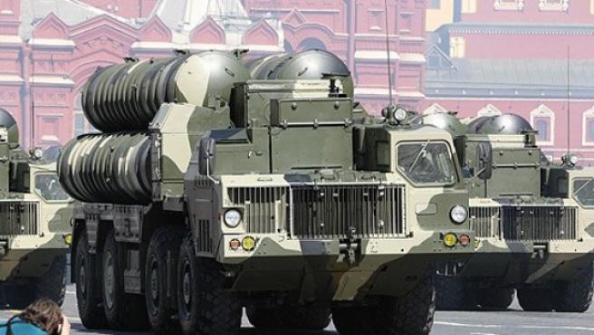 Un sistema de misiles S-300 rusos, durante un desfile militar.
