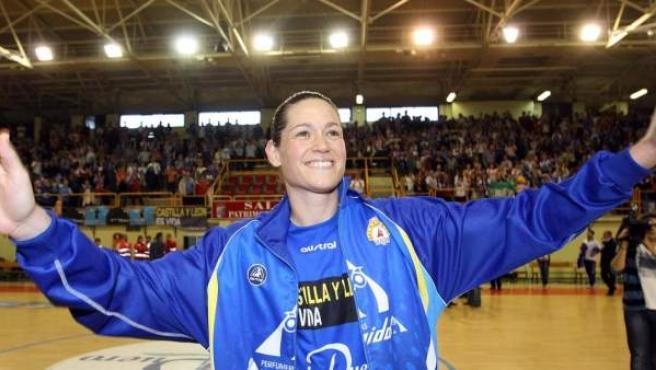 La jugadora de baloncesto Anna Montañana, con los colores del Perfumerías Avenida de Salamanca.