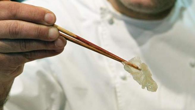 Albert Raurich, chef y propietario del restaurante asiático Dos Palillos, de Barcelona, preparando una tapa de medusa.