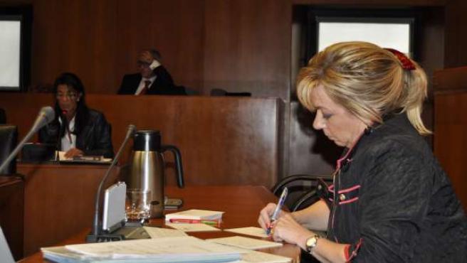 La consejera de Educación, en primer término, escucha a María José Ferrando (PP)