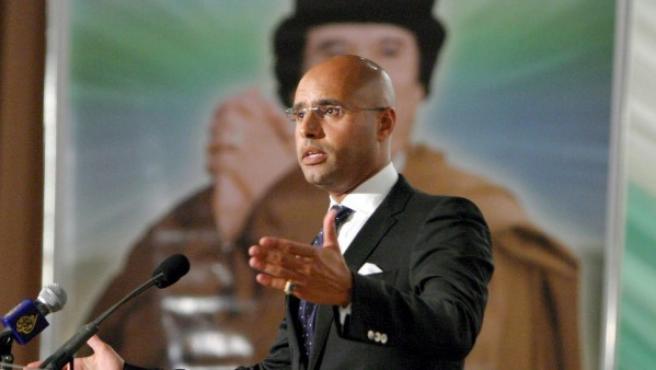 Seif El Islam, hijo del líder libio Muammar el Gadafi, hablando en un evento el Trípoli (Libia).