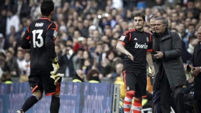 Casillas se prepara para salir al terreno de juego tras la expulsión de Adán durante el Real Madrid - Real Sociedad.