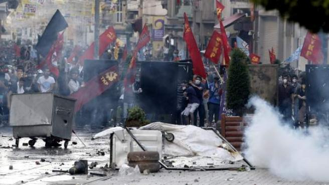 Enfrentamientos entre policías y manifestantes para protestar contra la destrucción de un parque en Estambul.