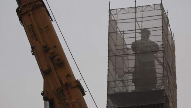 Fotografía del 31 de mayo de 2013 del traslado de la estatua de Cristóbal Colón en Buenos Aires hasta su nueva ubicación en la ciudad de Mar de Plata, que ha quedado interrumpida.