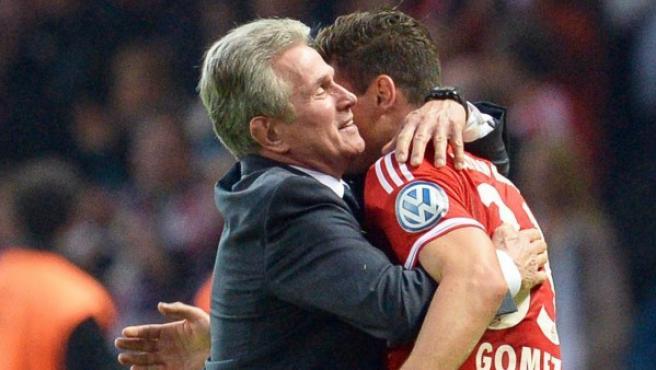 Heynckes y Mario Gómez se abrazan.