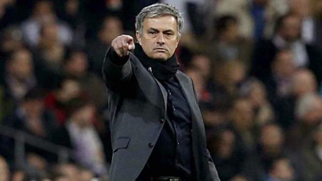 José Mourinho en la banda del Santiago Bernabéu.