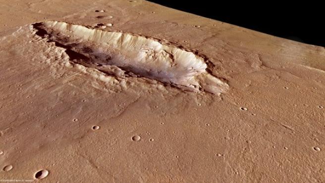 Fotografía en alta resolución de la cicatriz de 78 kilómetros de longitud y hasta 25 kilómetros de ancho, ubicada al sur del cráter Huygens en Marte, y que fue captada por el satélite Mars Express.