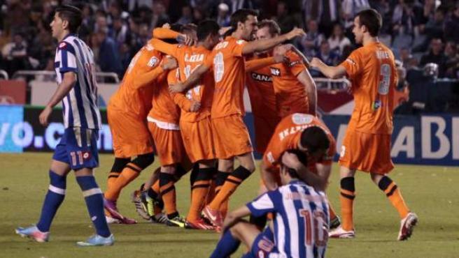 Los jugadores de la Real Sociedad celebran su clasificación para la Champions ante la desolación de los del Deportivo por su descenso a Segunda.