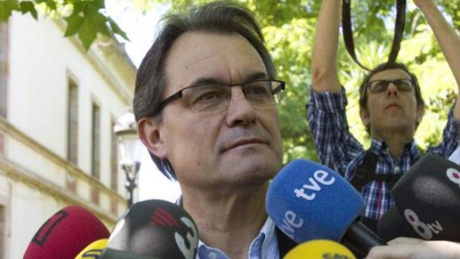 El presidente de Generalitat, Artur Mas, atiende a los medios durante su participación en la 36 fiesta anual de la Tamborinada.