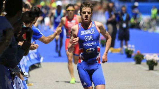 El triatleta inglés Jonathan Brownlee celebra su victoria en la cuarta prueba del Mundial de triatlón, disputada en Madrid.