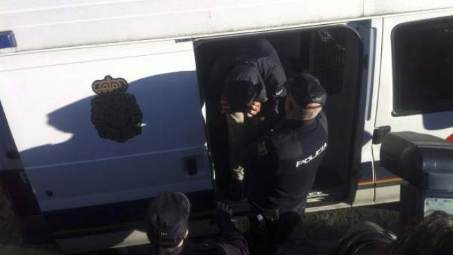 Un furgón de la Policía Nacional tras entrar en el juzgado de Vigo con uno de los detenidos tras la operación Albatros.