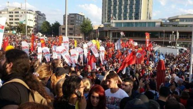 La plaza Taksim de Estambul, llena de manifestantes el segundo día de protestas.