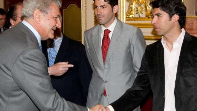Jesús Posada, Recibiendo A Serafín Marín Y Cayetano Rivera