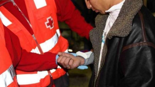 Un Inmigrante Es Atendido Por Cruz Roja