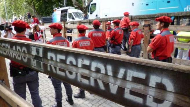 Agentes de la Policía Foral en el recorrido del encierro.