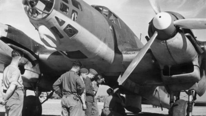 Soldados alemanes rearmando un avión Heinkel He 111 E durante la Guerra Civil española, en una imagen tomada de Wikipedia.
