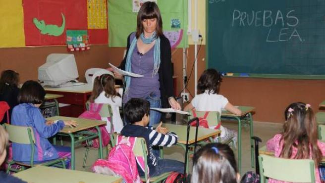 Los alumnos de un centro de Madrid realizan una prueba de 2º de primaria.