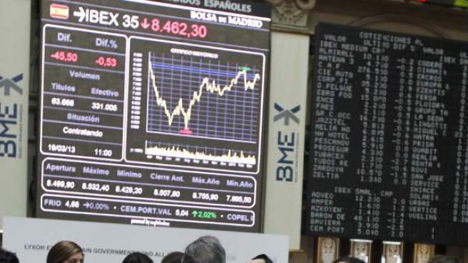 Monitor en la bolsa de Madrid que muestra la evolución del principal indicador de la Bolsa española, el Ibex 35, a la baja.