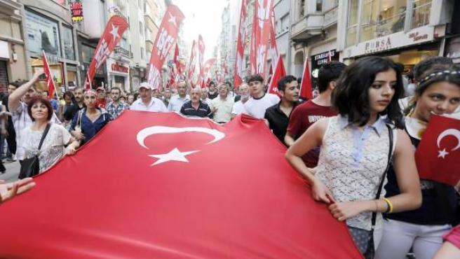 Miles de personas marchan en una manifestación en Estambul (Turquía)