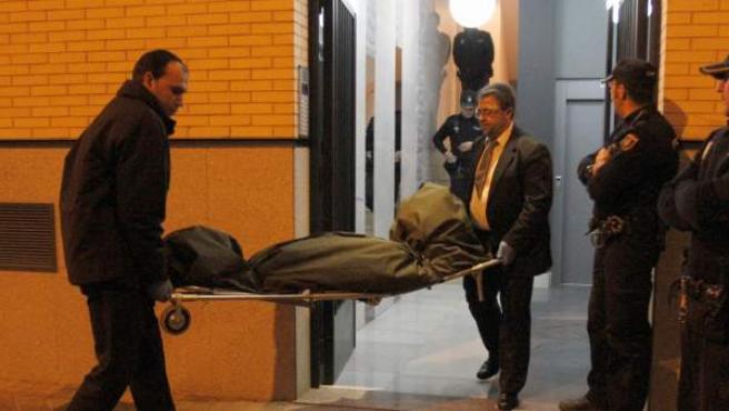 Operarios de la Policía retiran el cadáver de una mujer en Madrid.