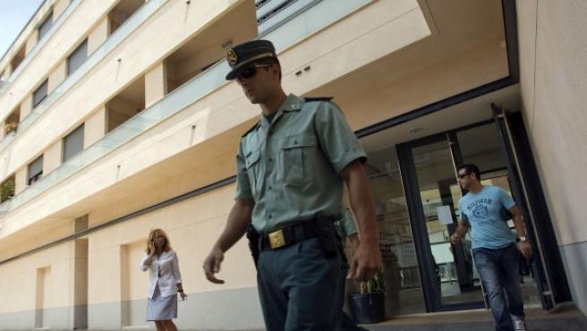 La Guardia Civil sale de la vivienda donde dos mujeres murieron acuchilladas en Benissa (Alicante).