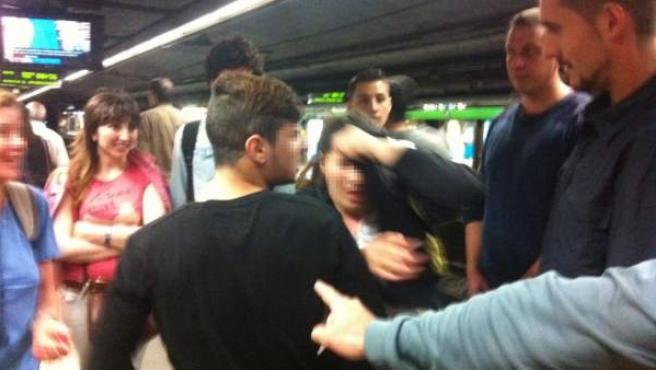 Una veintena de pasajeros del metro de Barcelona retuvieron a un grupo de carteristas que atracaron a una mujer, el martes.
