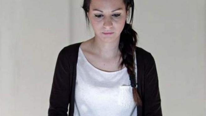 Una joven navega en Internet desde su portátil.