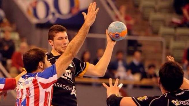 Álex Dujshebaev, luciendo los colores del CAI Aragón durante un partido esta temporada.