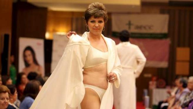 Mujeres mastectomizadas desfilan en ropa interior para mostrar que se puede llevar una vida normal tras la intervención quirúrgica.