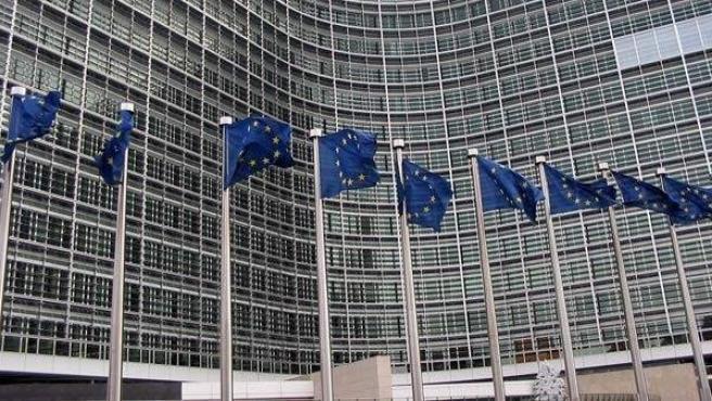 Varias banderas de la Unión Europea ondean al viento.