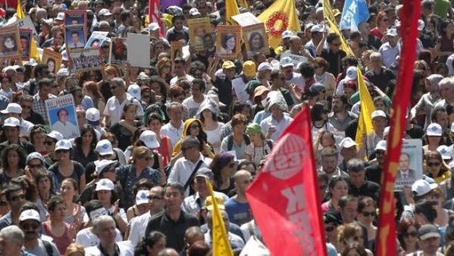 Decenas de manifestantes gritan consignas y muestran banderas y pancartas durante una marcha por la calle Istiklal de Estambul (Turquía). Las violentas protestas que azotan a toda Turquía desde el pasado viernes se han cobrado ya la vida de al menos dos personas, mientras que cientos fueron heridas y detenidas temporalmente durante los enfrentamientos con las fuerzas del orden.