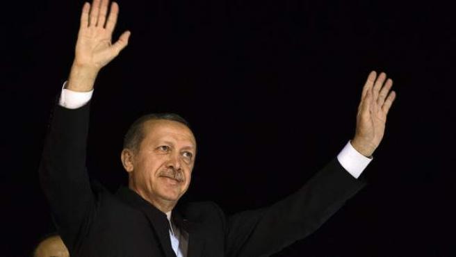 El primer ministro turco, Recep Tayyip Erdogan (i), y su esposa, Emine, saludan a sus seguidores el jueves 7 de junio de 2013.