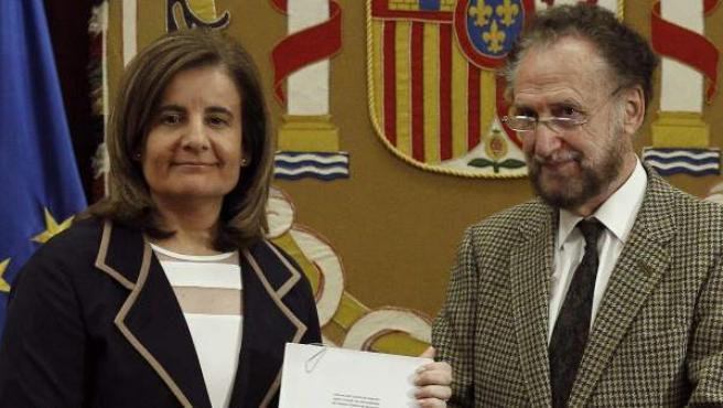 La ministra de Empleo, Fátima Báñez, junto al presidente del comité de expertos que han hecho el informe sobre el factor de sostenibilidad de las pensiones, Víctor Pérez Díaz.