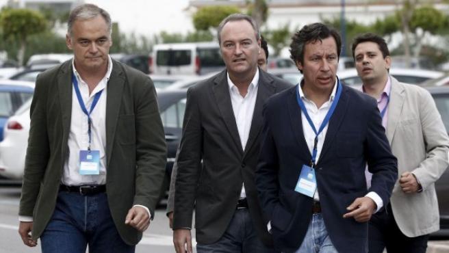 El presidente de la Generalitat valenciana, Alberto Fabra (c), y los vicesecretarios de Organización y de Estudios y Programas, Carlos Floriano (2d) y Esteban González Pons (i) a su llegada a la convención del PPCV.