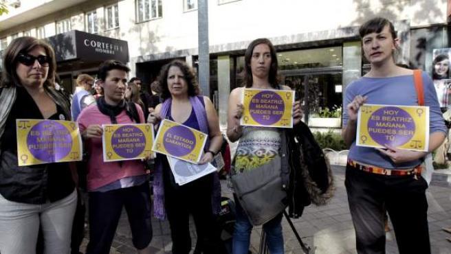 Asistentes a la concentración convocada por diferentes colectivos frente a la embajada de El Salvador en Madrid para mostrar su apoyo a Beatriz.