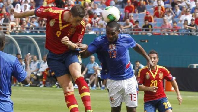 Fernando Torres remata de cabeza en el España-Haití disputado en Miami.