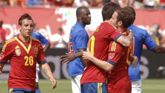 Fábregas y Mata se abrazan tras el segundo gol de España.