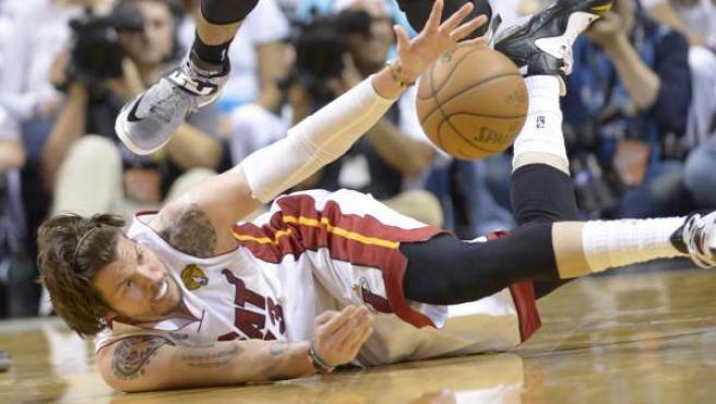 Mike Miller, de los Miami Heat, en el suelo para controlar un balón en el primer partido de las finales de la NBA 2013.
