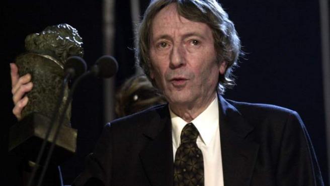 Fotografía de archivo del productor Elías Querejeta, tomada en febrero de 2003, recogiendo el Goya a la mejor película por 'Los lunes al sol'.